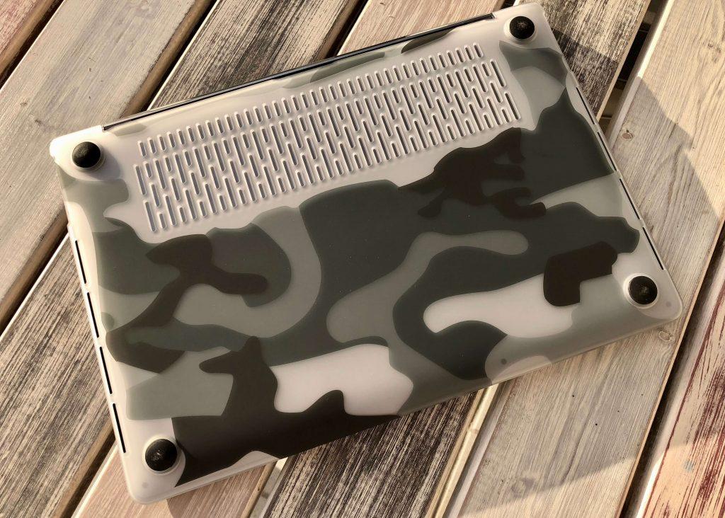 Gut getarnt: MacBook Pro mit Camouflage Clip, die stylische Schutzhülle fürs MacBook von Artwizz 3