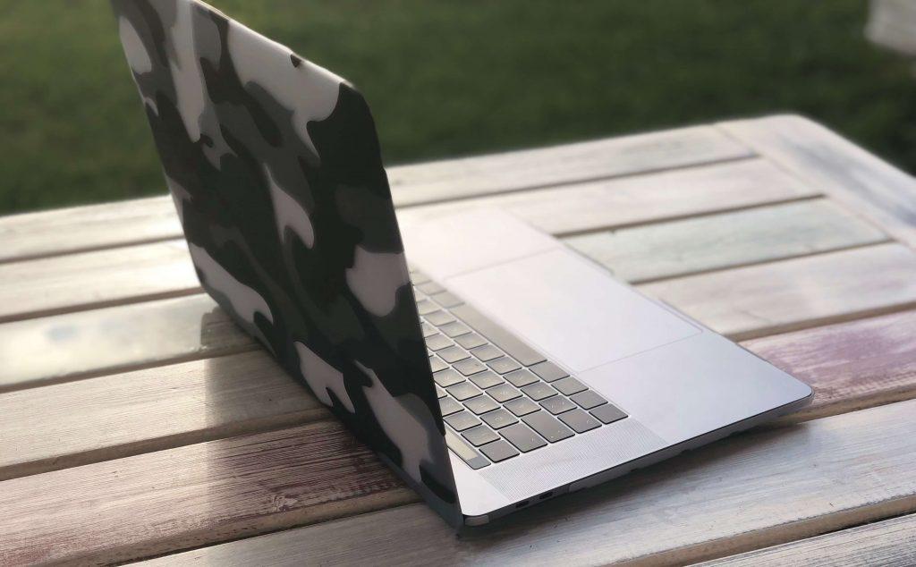 Gut getarnt: MacBook Pro mit Camouflage Clip, die stylische Schutzhülle fürs MacBook von Artwizz 4